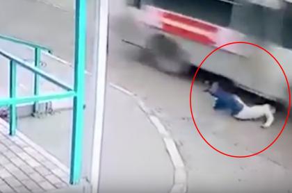 Mujer casi es aplastada por bus