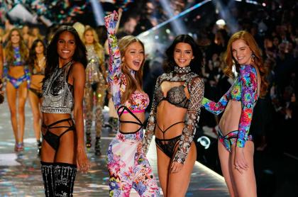Cindy Bruna, Gigi Hadid, Kendall Jenner y Alexina Graham en uno de los 'shows' de Victoria's Secret