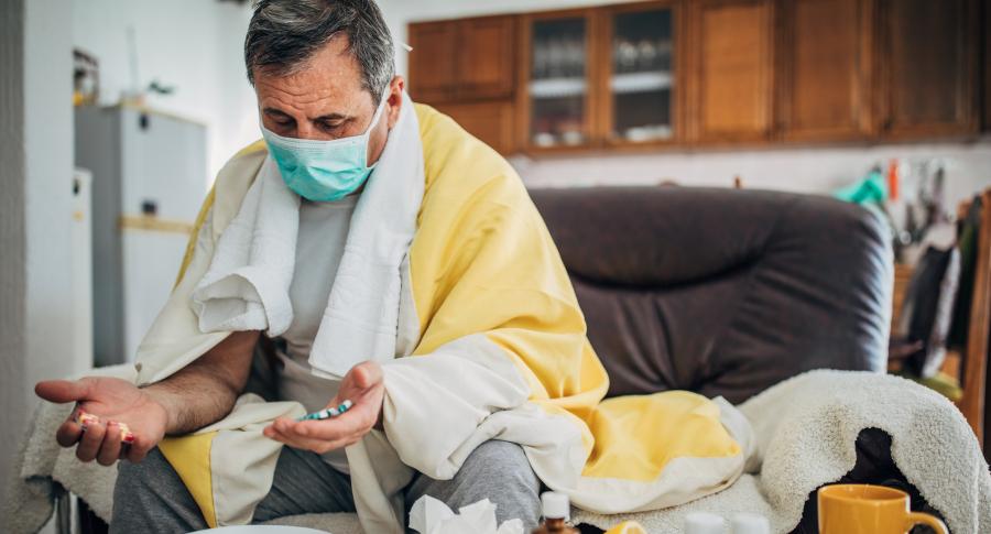 Hombre enfermo tapabocas