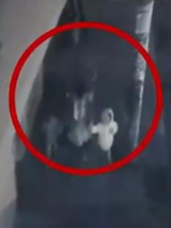 [Video] Valiente niña evitó que hombre que atacó a su mamá raptara a su hermana de 3 años