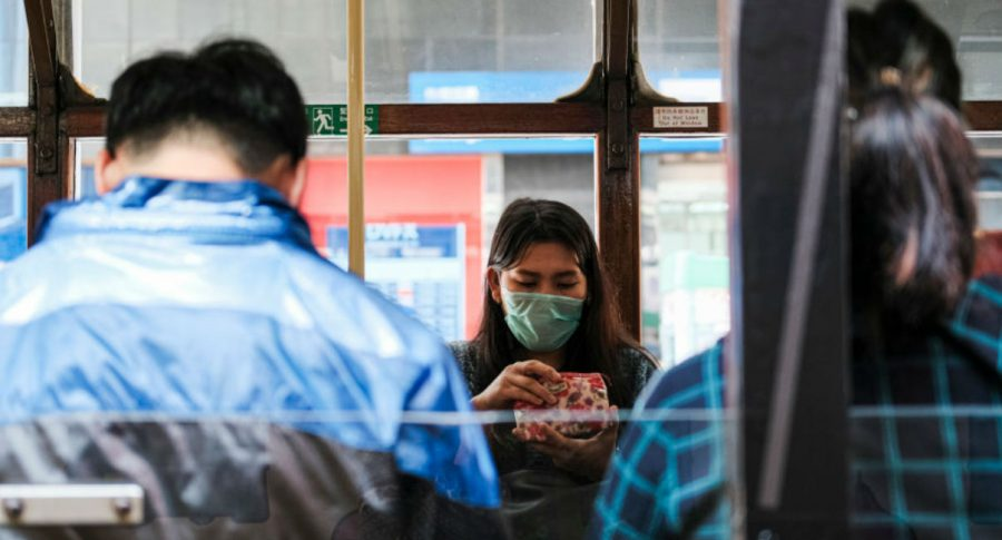 Mujer con tapabocas en bus (coronavirus)