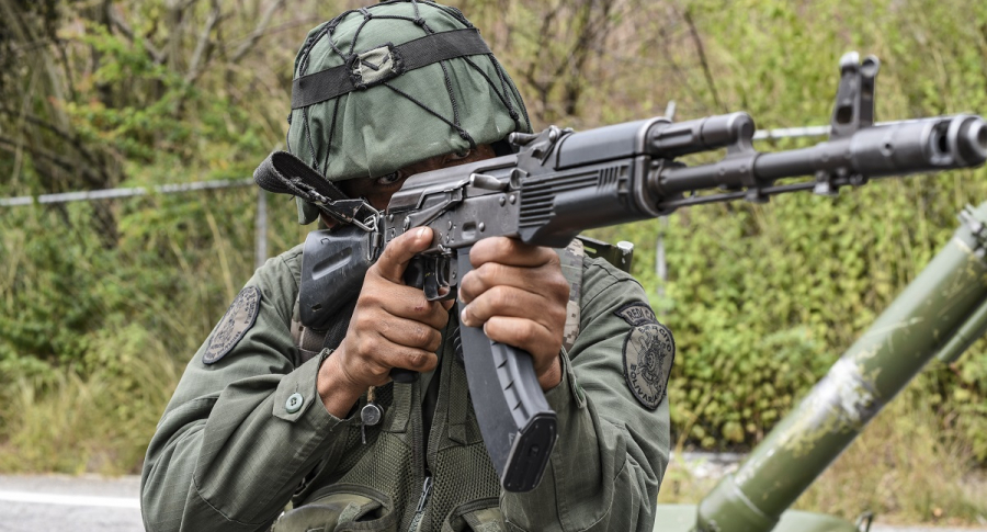 Militar apuntando con fusil