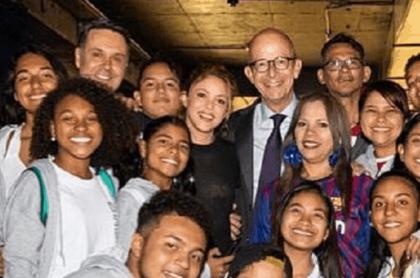Shakira con estudiantes cartageneros.
