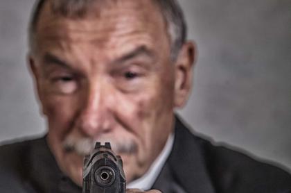 Anciano con arma