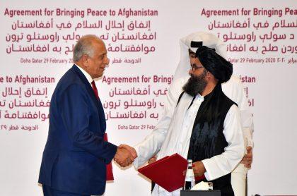 Zalmay Khalilzad y Mulá Abdul Ghani Baradar