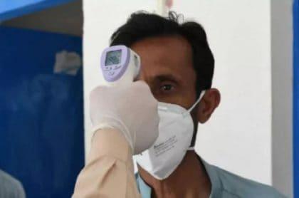 Le toman la temperatura a un hombre por posible coronavirus