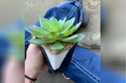 Mujer con planta falsa.
