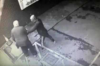 Delincuente robando.