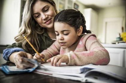 Mujer educando a su hija