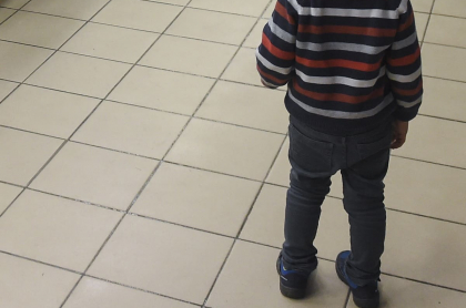 Niño parado