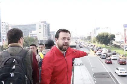 Carlos Fernando Galán denuncia a escoltas que invaden carril de TM.