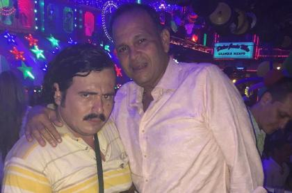 José 'Ñeñe' Hernández y un hombre disfrazado de Pablo Escobar