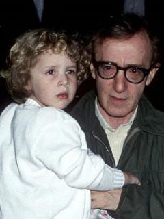 Woody Allen y su hija adoptiva Dylan, en 1989