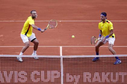 Juan Sebastián Cabal y Robert Farah jugando en la Copa Davis