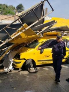 Valla cayó sobre taxi y mató a conductor