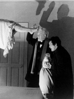 Linda Blair como Regan MacNeil, Max von Sydow como el padre Merrin, y Jason Miller (1939 - 2001) como el padre Karras en 'El Exorcista'.