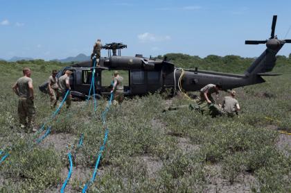 Helicóptero y miembros de la Fuerza Tarea Conjunta Bravo