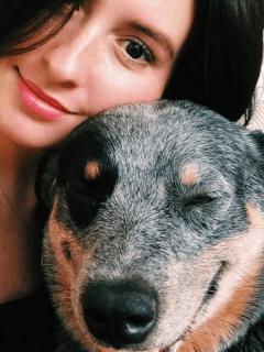 Taliana Vargas y su perrito Cayeye