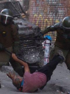 Policias agreden a Patricio Bao