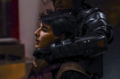 Esmad deteniendo a manifestante