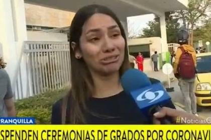 Estudiante universitaria llorando porque aplazaron su grado por coronavirus