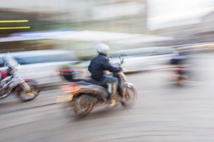 Motociclista a toda velocidad.