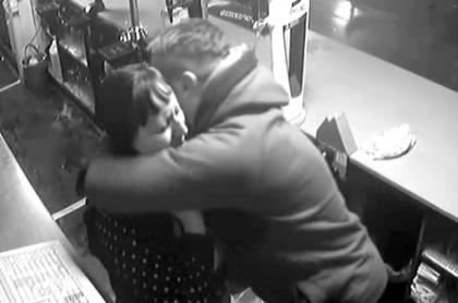 Ladrón abraza a su víctima.