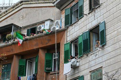 Italianos cantan en balcones coronavirus