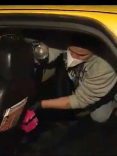 Imagen de taxistas desinfectando sus carros