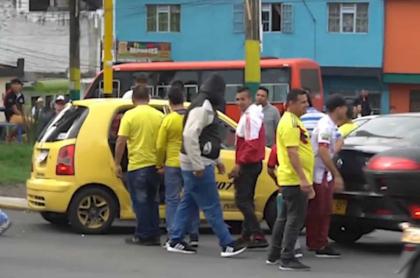 Taxistas cogen a huevazos a colega