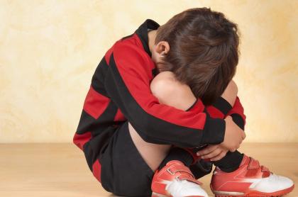 Imagen de referencia de un niño triste