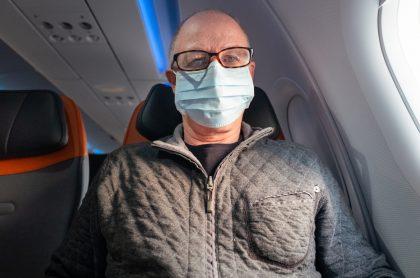 Golpean a bromistas en vuelo: coronavirus