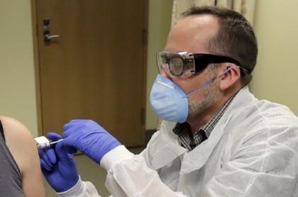 Voluntaria recibe vacuna experimental contra coronavirus