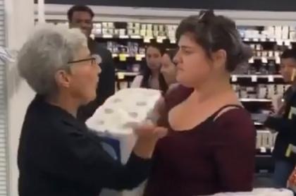 Pelea entre anciana y mujer por papel higiénico