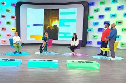 Juan Carlos Giraldo, Carlos Giraldo, Mary Méndez, Frank Solano y Carlos Vargas, presentadores, con una invitada en el set de 'La red.