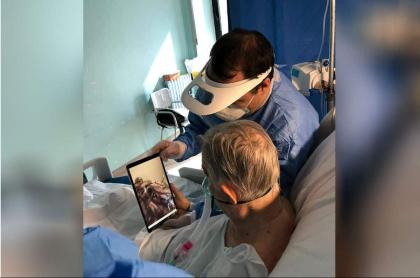 Doctor y paciente con COVID-19.