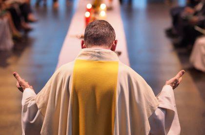 Sacerdote en misa