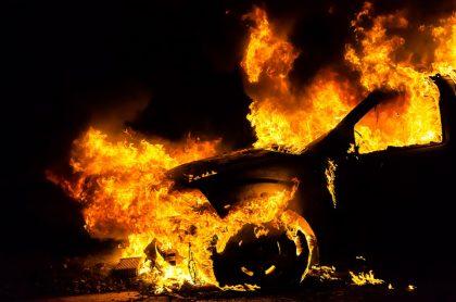 Carro de ladrones fue incendiado después de asalto.