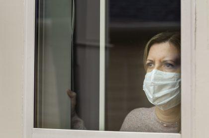 Mujer en casa por coronavirus
