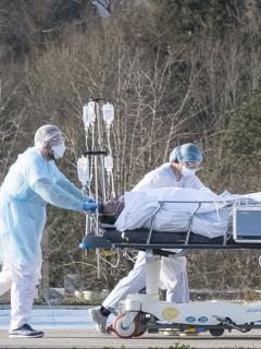 Persona con coronavirus en camilla