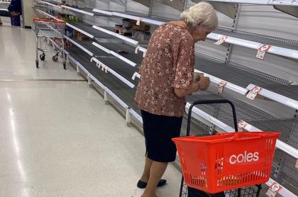 Abuela en supermercado.