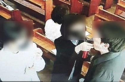 Iglesia comparte botella.