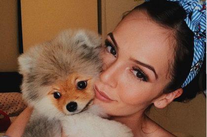 Lina Tejeiro, actriz, con su perro Romeo.