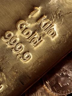 Lingote y monedas de oro