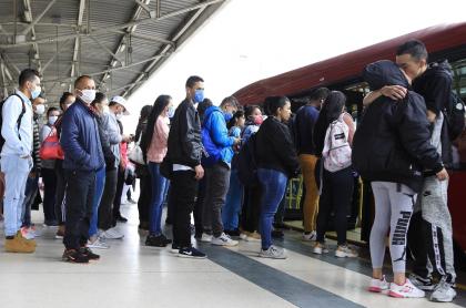 Bogotanos en Transmilenio durante cuarentena por pandemia de coronavirus COVID-19