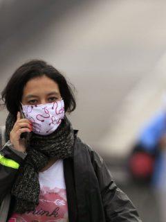 Mujer hablando por celular, en Bogotá.