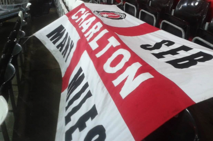 Banderade de Seb Lewis, hincha del Charlton