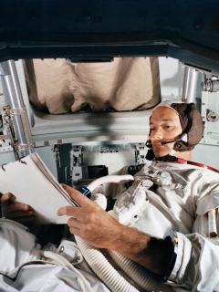Astronauta confinado en su nave