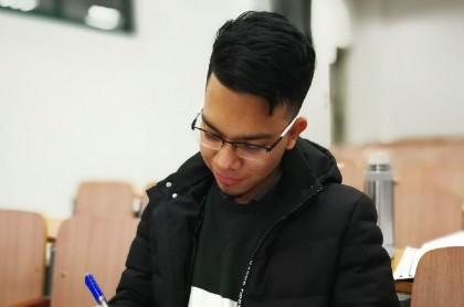 Néstor Julián Vélez Grisales, colombiano que se quedó en Wuhan, China.