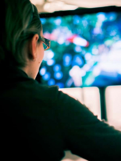 Mujer jugando videojuego.